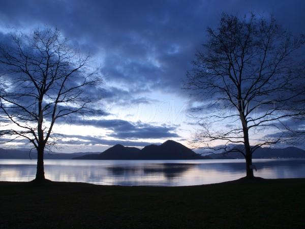 冬を迎える朝の洞爺湖