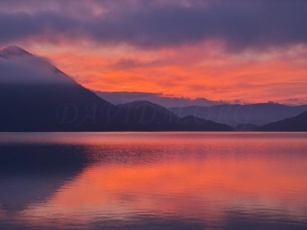 朝陽が映った洞爺湖面