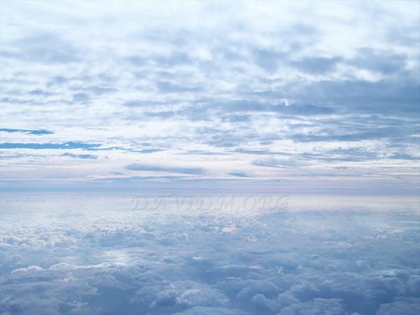 機上から眺める空と空の間
