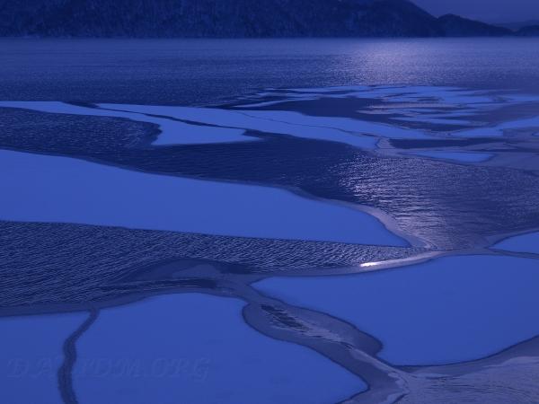 凍る洞爺湖の写真