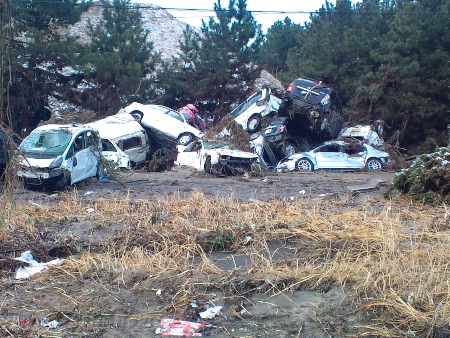 津波に流された多くの車