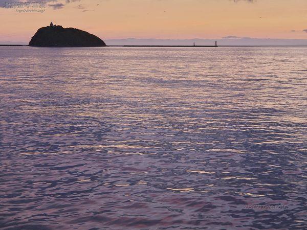 今月の壁紙: 夕陽を映す海面と大黒島