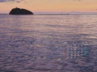 8月の壁紙カレンダー: 夕陽を映す海面と大黒島