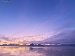 今月の壁紙: 朝を迎えた洞爺湖