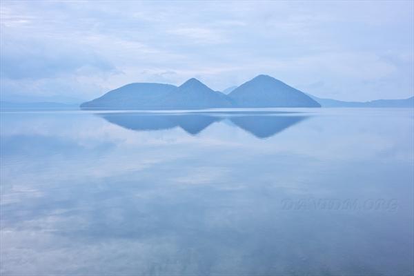 空を映す洞爺湖