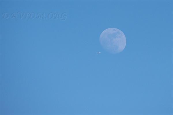 月面を横切る飛行機