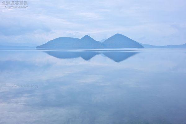 今月の壁紙: 空を映す洞爺湖