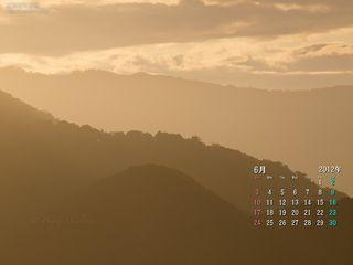 6月の壁紙カレンダー: 朝の光に重なる稜線