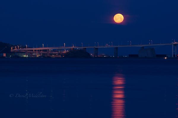 満月と白鳥大橋