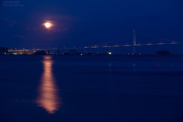 今月の壁紙: 満月と白鳥大橋