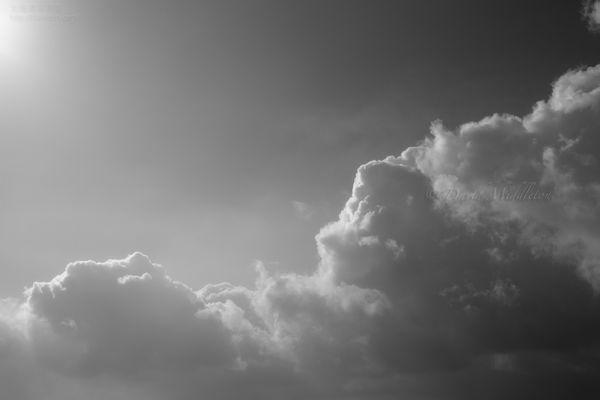 今月の壁紙: 朝の光と雲