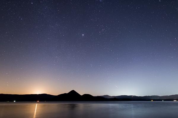 洞爺湖に昇る月