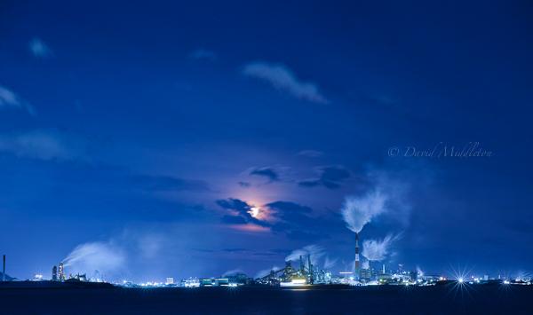 満月と工場の夜景