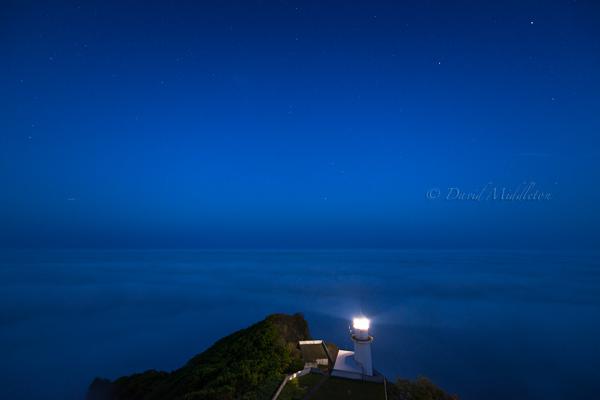 雲海と地球岬の灯台