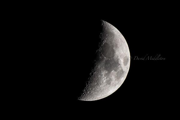 空に浮かぶ半月