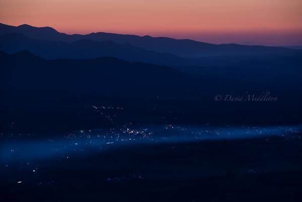 夕暮れの霧の写真