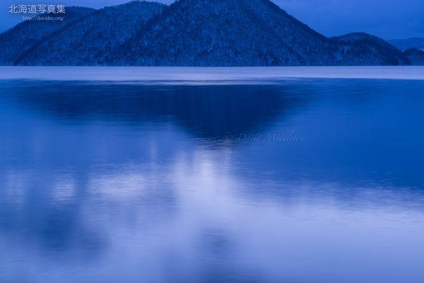 今月の壁紙: 湖面に映る