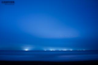 今月の壁紙: 漁り火が照らす青い世界