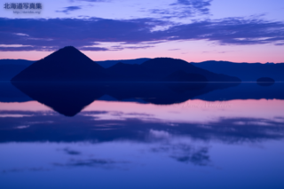 今月の壁紙: 空を映す洞爺湖の朝
