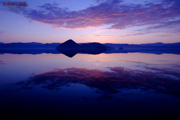 今月の壁紙: 湖面に映る空