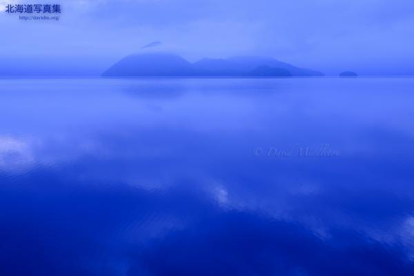 今月の壁紙: どんより曇りの洞爺湖