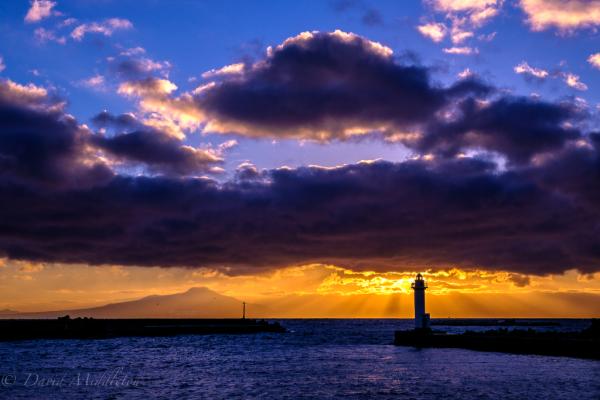 灯台と夕陽の写真