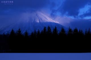 今月の壁紙: 陽があたる朝の羊蹄山