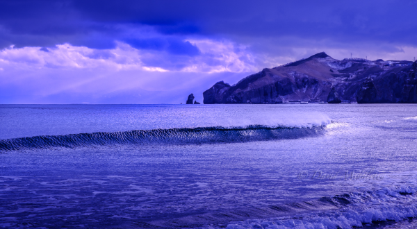 イタンキ浜に押し寄せる波