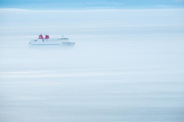 雲海を進むフェリー